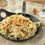 Spaguettis con alcachofas, espinacas y crujiente de piñones