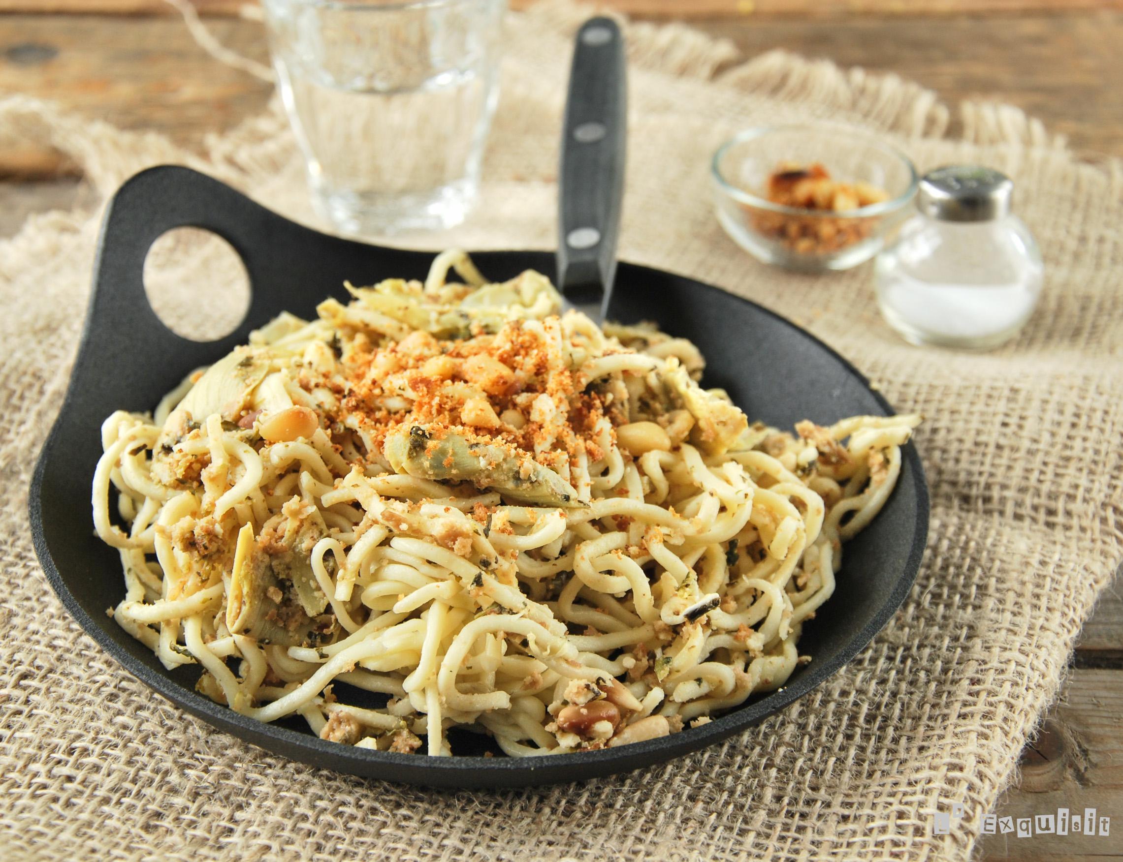 Spaguettis con alcachofas, espinacas y pangrattato