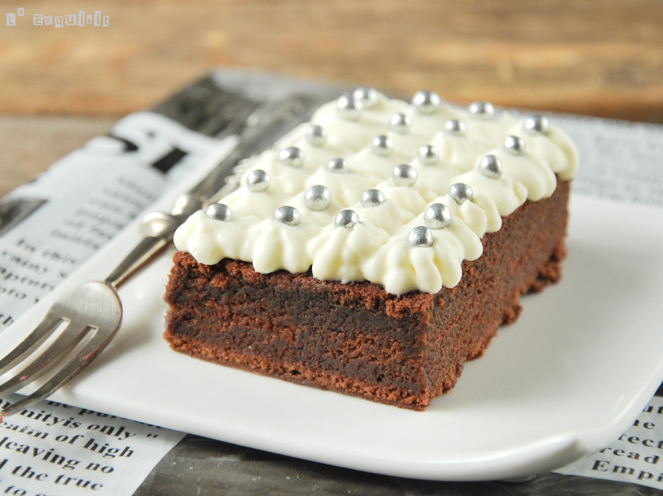 Tarta de chocolate especiada con frosting de mascarpone