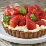 Tarta de fresas con nata a la albahaca y fruta de la pasión