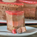 Tarta de mousse de chocolate y crema de fresas