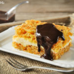 Tarta de zanahoria y almendras rellena de queso con chocolate caliente