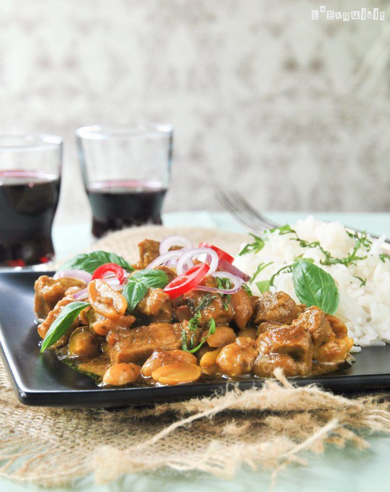 Ternera al curry con cacahuetes y albahaca