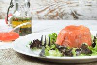 Timbal de salmón ahumado, aguacate y queso