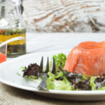 Timbal de salmón ahumado con aguacate y queso