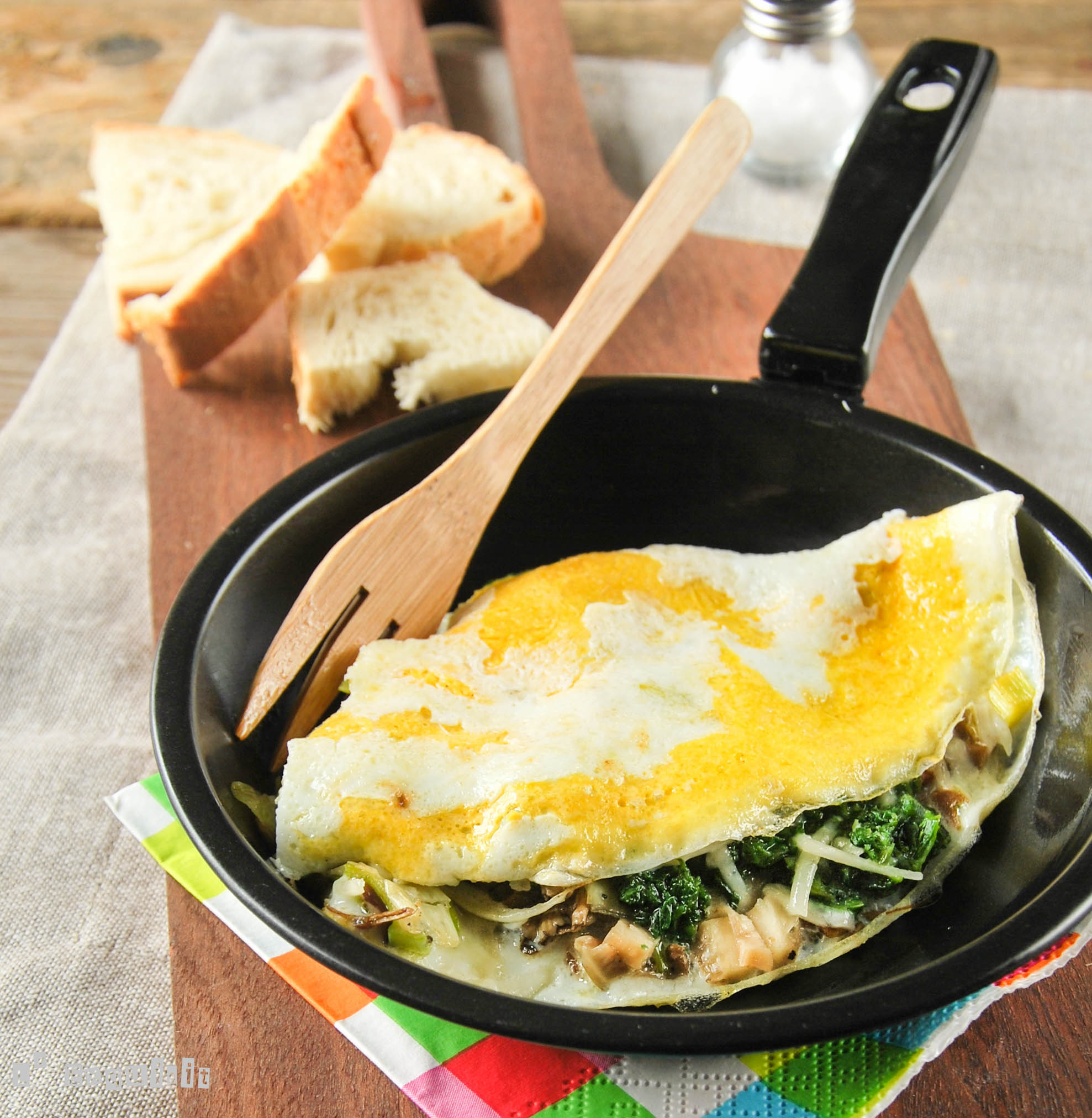 Tortilla esponjosa con setas y espinacas