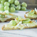 Tostada caliente con brie y uvas