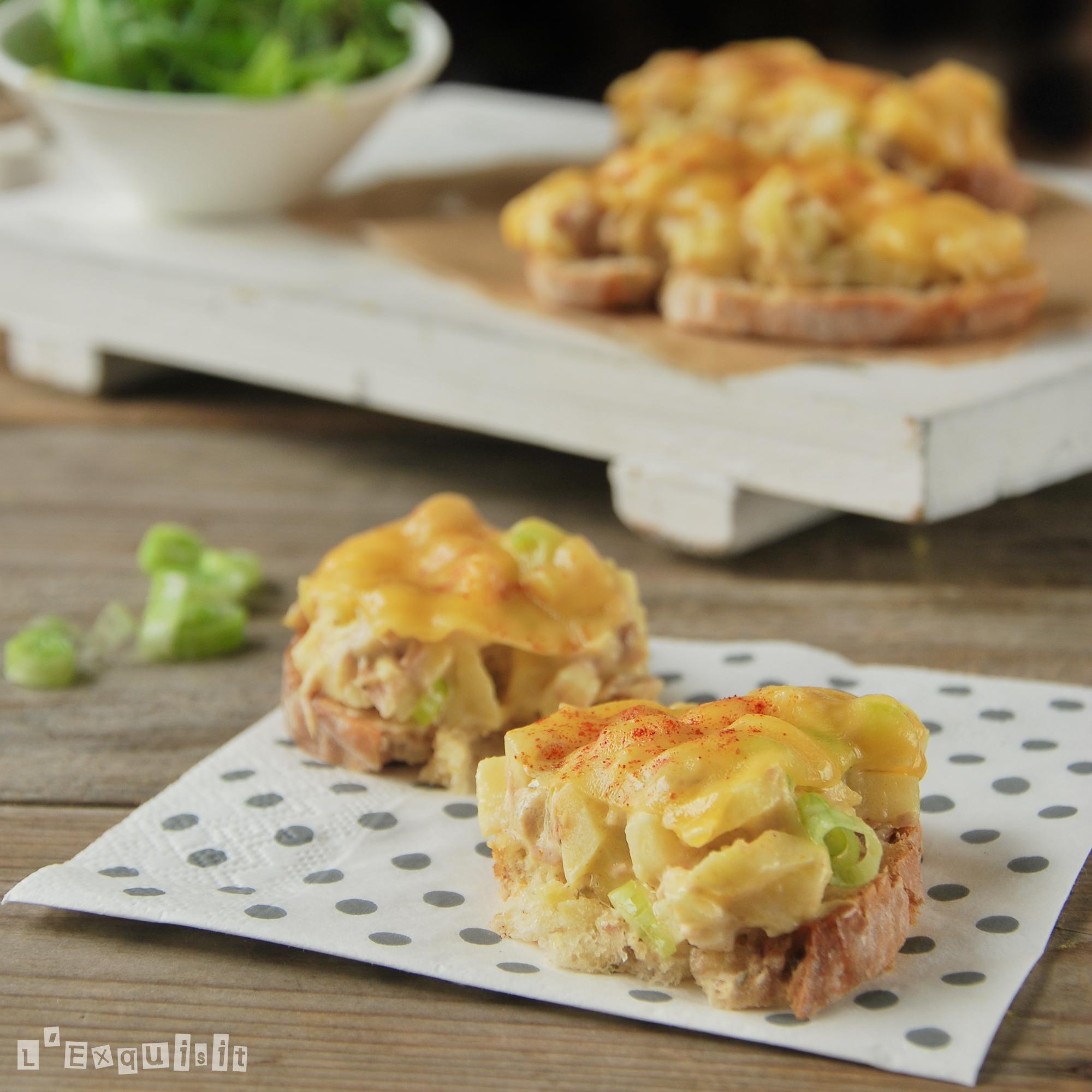 Tostada caliente de atún, manzana y queso