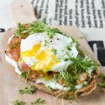 Tostada con salmón marinado y huevo poché