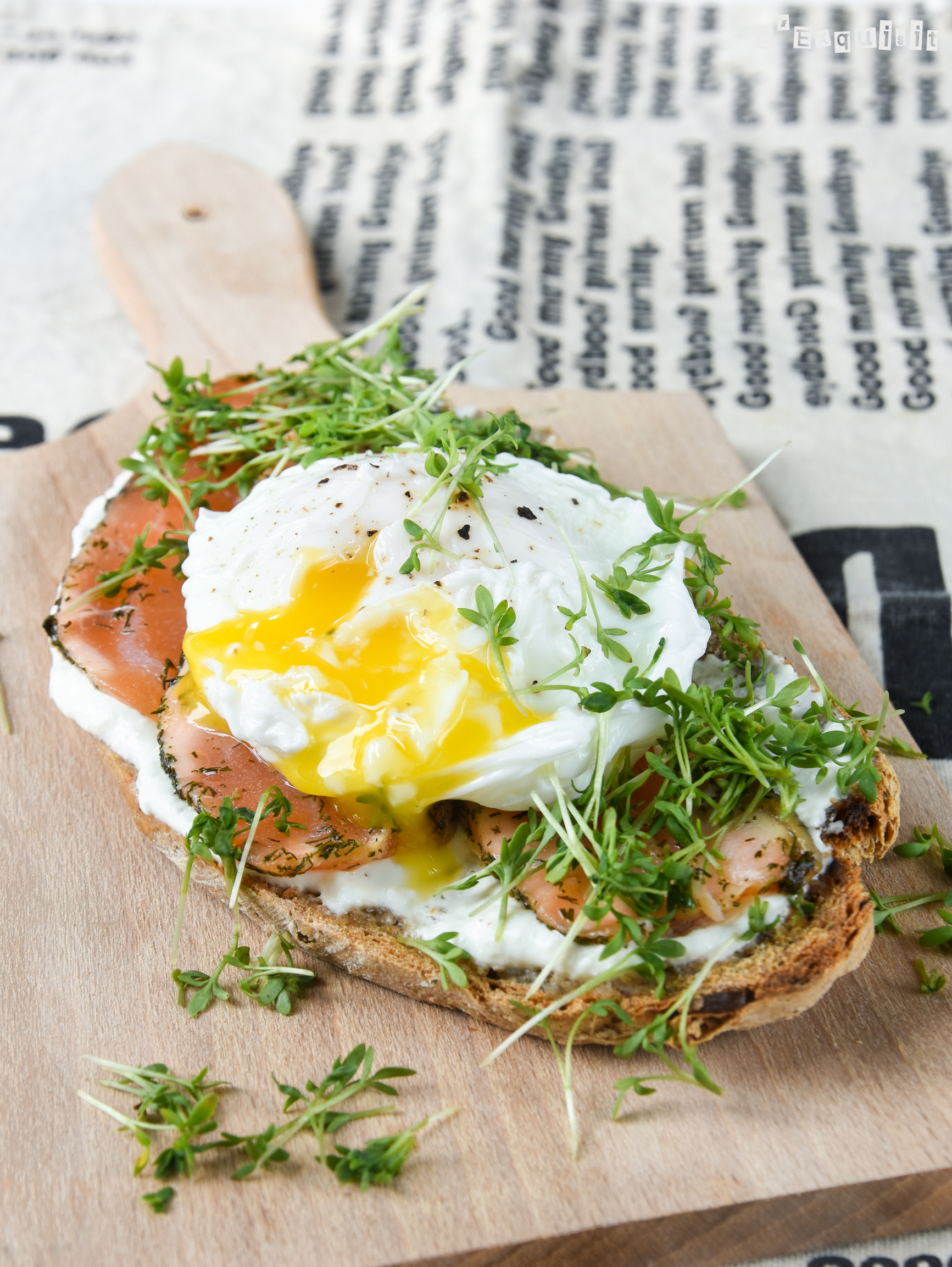 Tostada con salmón ahumado y huevo poché