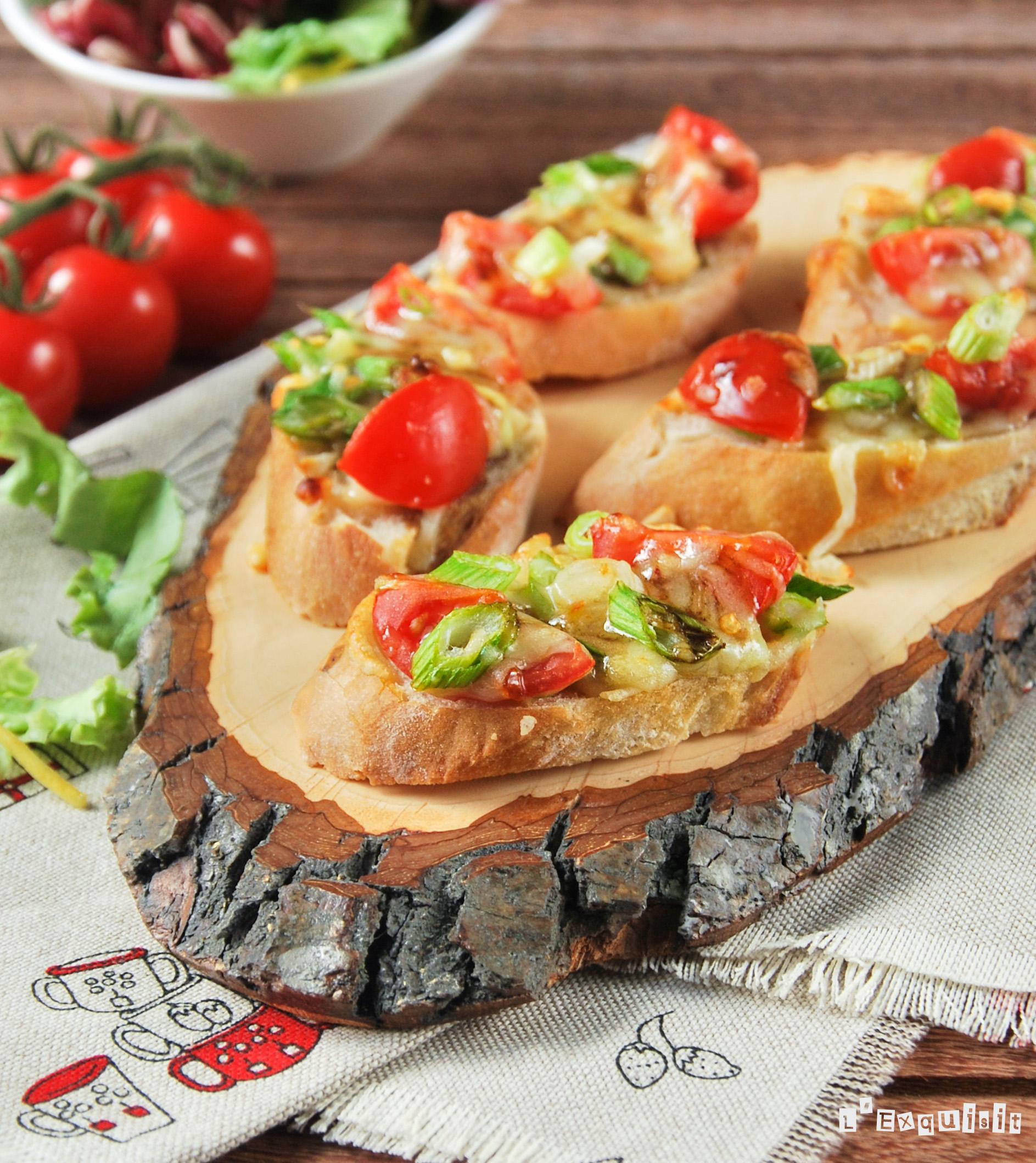 Tostada picante de queso y tomatitos