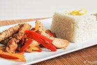 Wok de pollo y mango con arroz