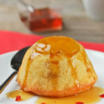 Bizcocho individual de mango con jarabe de guindilla