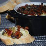 Brie al horno con olivas y tomates semisecos