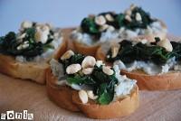 Crostini de gorgonzola, espinacas y avellanas
