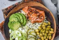 Ensalada de coliflor con salmón y aguacate