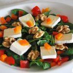 Ensalada de brie, nueces y espinacas