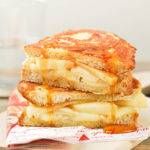 French toast de brie y manzana con jarabe de arce