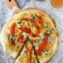Pizza con hummus, gorgonzola y pimiento asado {con y sin gluten}