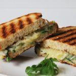 Sandwich caliente con cebolla marinada, gruyere y mostaza a la antigua