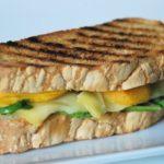 Sandwich caliente de gruyere y melocotón