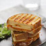 Sandwich de manzana, bacon y cheddar