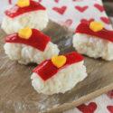 Sushi dulce con gelatina de frambuesas y mango