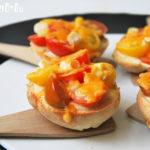 Tostada al horno con tomates silvestres y queso