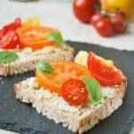 Tostada con mascarpone y tomates