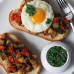 Tostada con pisto, huevo y salsa emerald