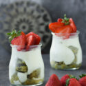 Vasitos de bizcocho de pistacho, crema diplomática y fresas {con y sin gluten}